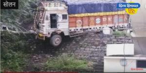 सोलन के नागली में सेब से लदा ट्रक आधा सड़क से बाहर। दिव्य हिमाचल वेब टीवी
