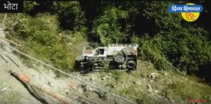 बड़सर के शुक्करखड्ड में गिरा ट्राला, चालक गंभीर घायल