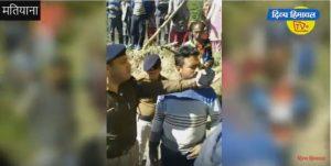 ग्रामीणों ने घेरी पशुओं से लदी गाड़ी, आरोपियों की गिरफ्तारी पर अड़े