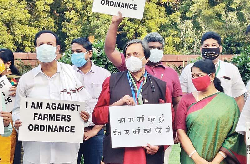 कृषि विधेयकों पर घमासान:विपक्ष का संसद परिसर में मार्च