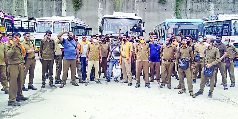 रामपुर में चालक-परिचालक सड़कों पर; नहीं दौड़ाई बसें, निजी आपरेट्र्ज ने संभाला मोर्चा